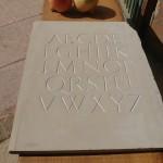 Alfabeto en arenisca