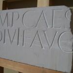 CAPITALIS MONUMENTALIS en piedra caliza